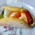 エクラタン - フルーツオムレット、中に生クリームと季節のフルーツをたっぷり丸め込んだケーキです。