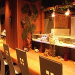 海のYey - カウンター席の前に水槽が!熱帯魚を眺めながら、美味なお酒とお食事をどうぞ♪カップルに人気です。