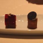 ロオジエ - 前菜 (リコッタチーズのマカロン トリュフのせ と フォアグラのコンフィのジンジャーブレッド ビーツのせ) (2014/03)