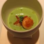 ロオジエ - アミューズ‐ブーシュ (赤貝、北寄貝、ミル貝 入りのブロッコリーのスープ) (2014/03)