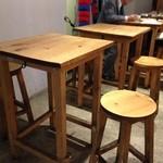 武蔵野カンプス - 味わいのある椅子とテーブル
