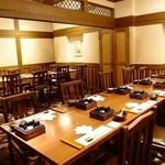 入母屋 - ■【豊山 ほうざん】…14名様~24名様用 こちらは椅子席タイプの最大24名様までOKの団体様用の大個室です。 会社のご宴会や慶事・法事の会食でのご利用が多いお部屋です。(17名様以上でご利用の場合は、テーブル配置が2列となりますのでご了承下さいませ。)