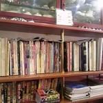 25461701 - 棚には本とかカップ、おもちゃとか…
