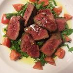 ピアノピアーノ - 塊で網焼きにした牛肉をカットして、シンプルに塩コショウと風味豊かなオリ―ヴオイルで。肉の味わいを存分に感じられる絶妙な焼き加減で。