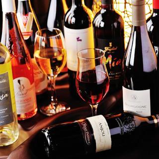 世界各国のワイン、スパークリングが常時40種以上!