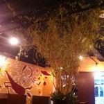 yinega - アースカラーで統一された店内。真ん中のシンボリックな木が自然を感じさせてくれます。