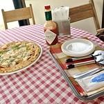 Pittsuriaoishino - 取り皿、タバスコ、おしぼり、ピザカッター、フォーク
