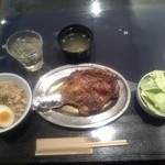 25475643 - 正面が骨付き鳥の「ひな鳥」左が「鳥飯」(味噌汁付き)、「梅酒ロック」