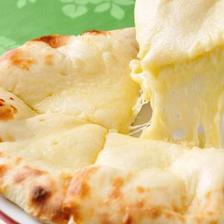 シャングリーラの一番人気のチーズナン540円(税込)♪