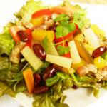 南インドの味 カレーリーフ - 「特製サラダ」自家製ピクルスに加え、ベーコンや豆が入った人気のサラダ。