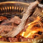満月 - 厳選して仕入れている、こだわりの肉類 日々厳選して仕入れているお肉。柔らかくジューシーなその肉質は、何枚でも食べられる美味しさです。