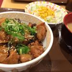 すき家 - 炭火やきとり丼(並盛)+とん汁サラダセット