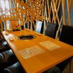 25491473 - 入口側の明るいテーブル席