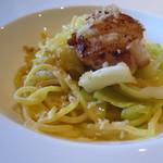 Cucina Italiana 東洞 - サフランを練り込んだ自家製タリオリーニ 北海道産ホタテと春キャベツ
