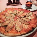 25501664 - トマトベースのナス+燻製チーズのピザ