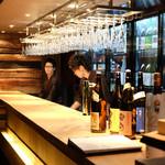 杜若 - 日本酒をスタンデイングで楽しめる新感覚のカウンター。一枚板の素敵なカウンターです。