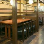 鳥魚 - 1階テーブル席