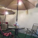 農園カフェよりみち - 店内に日除け傘卓が3つ