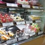 クレムドール - カラフルなケーキが並んでいます
