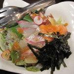 2552818 - 鶴の海鮮サラダ780円