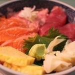 25520197 - まぐろ・ねぎとろ・サーモン丼 800円。