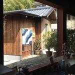 25525237 - 喫茶店からわらの蔵 恕庵を眺めたところ