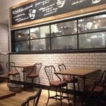 J.S. PANCAKE CAFE  - 窓の向こうがキッチン