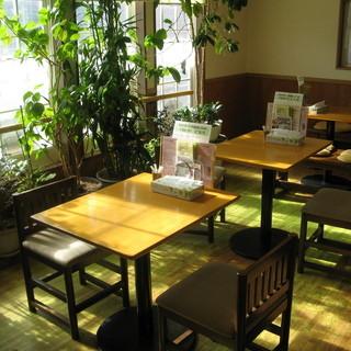 普段着でもお子様連れでも安心の気の張らない食堂空間にある座席です。