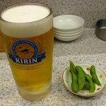 餃子弁慶 - ビールセット、熱々の枝豆とともに