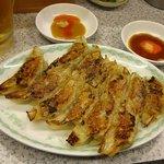 餃子弁慶 - ビールセット、タレはふつうのものと味噌ダレの2種類