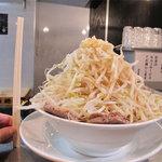 らーめん大 - らーめん小680円。『野菜増し増しにんにく味辛め』のリクエスト。