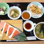 小矢部川サービスエリア 下り線 レストラン - 富山味紀行です。富山名物のます寿しと白えびのかき揚げ、ホタルイカがメインの料理です。