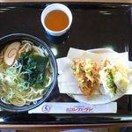 小矢部川サービスエリア 下り線 レストラン - 白えびうどん630円です。わかめうどんに白えびの天ぷらなどが付いています。