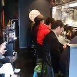 麺屋永吉 花鳥風月 - 麺屋永吉 花鳥風月 @中葛西 店内 奥と手前右に4人掛けテーブルが1卓づつあります