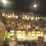 Bar 織田 - カウンターバックには、ボトルがいっぱい!