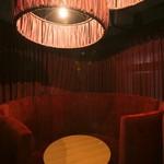 EDEN - 円を描く個室型ボックス席。