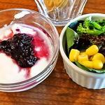 グリーンワールドカフェ - セットのサラダとヨーグルト