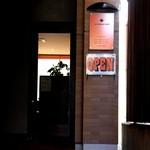 La Pullman Caffe' - ビル1F奥まった所にひっそりと佇んでいます☆