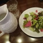 25567852 - 彩り豊かなサラダと、可愛いグラス&カラフェ