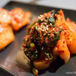 ビーフキッチン - チョンガ大根のキムチ(手前)・山芋のキムチ【2014年3月】