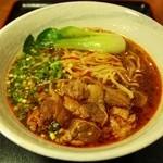 味美 - 料理写真:本場の台灣牛肉麺  牛骨スープと特製醤油タレが旨さのもと、トピックは甘辛の牛バラ