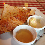 モルト・ボーノ - 食パンのトースト半分とクロワッサン半分