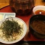 25573519 - お櫃(小エビ天ぷらまぶしご飯)+天ぷら5点+味噌汁+香の物+薬味で一式です