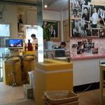 珈琲豆林(コーヒードリーム) - 店の奥から見た、入り口の様子…