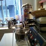 珈琲豆林(コーヒードリーム) - 焙煎しているイさんがよく見えるカウンターから…