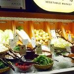 鍋ぞう - 自慢の野菜市場は店内中央に位置します!