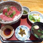おしか - 塩釜直送まぐろ丼(¥900)。丼ものだが品数が多く、女性好みな雰囲気