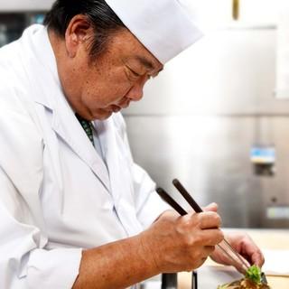 数々の有名店で研鑽を積んだ熟練料理長が創りだす旬の懐石料理