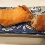 25588635 - 鮭ハラスのアップ。脂が光り輝いて・・・