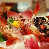 坂本屋 - 舟盛はお魚はその日に港に水揚げされた新鮮な魚と貝類を中心に盛り付けていきます。